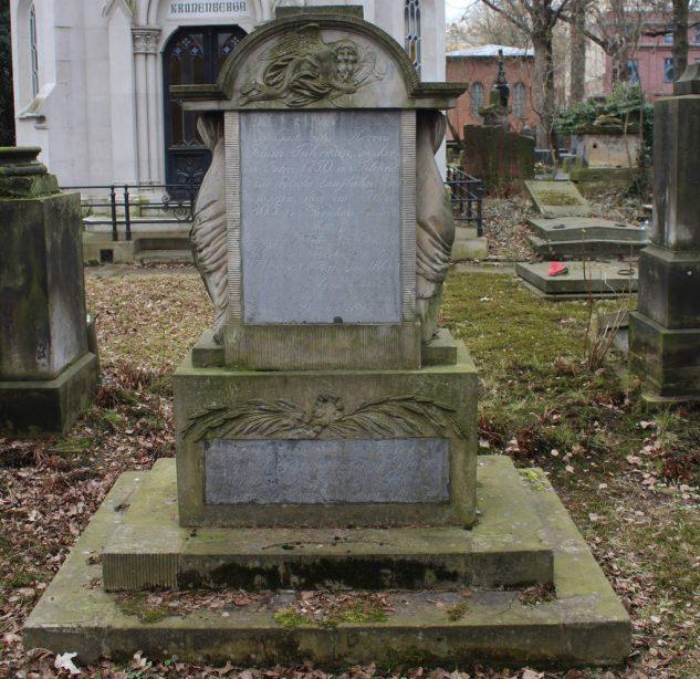 Pomnik z najstarszymi inskrypcjami na cmentarzu ewangelicko reformowanym
